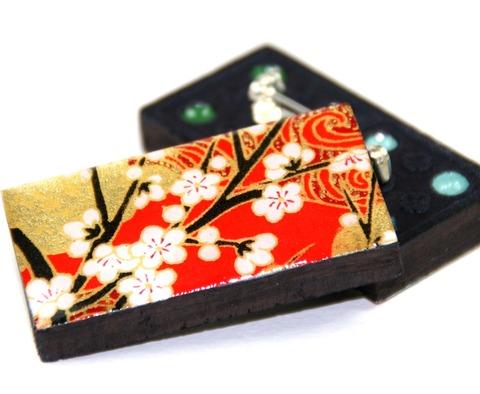 Domino brooch in chiyo red
