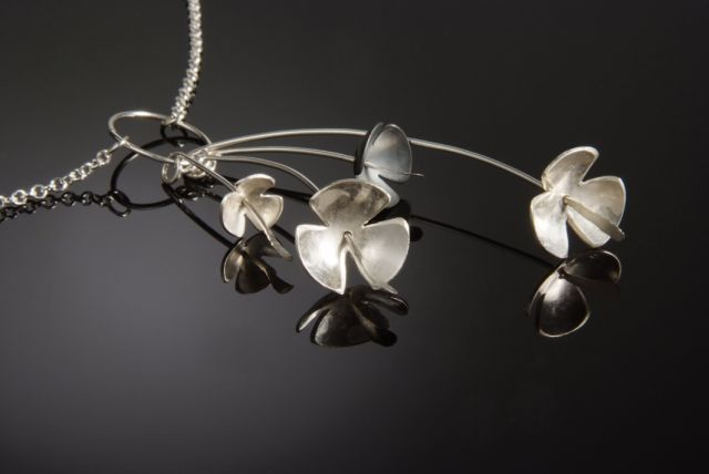 Flower necklace, 4 stems