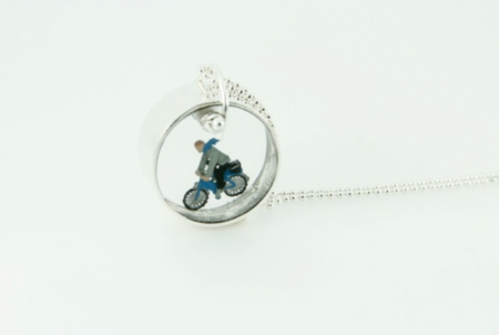 Small round necklace with cyclist