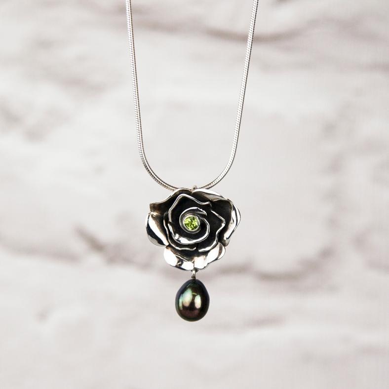 mrpsd ox p b med pendant black pearl drop peridot £143